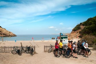Radgruppe am Strand von Cala Moli