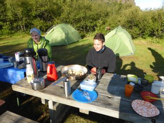 Frühstück auf dem Zeltplatz Bausar