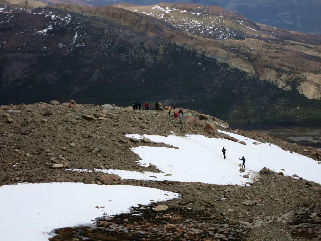 Überquerung eines Schneefeldes unterhalb des Lago de los Tres.