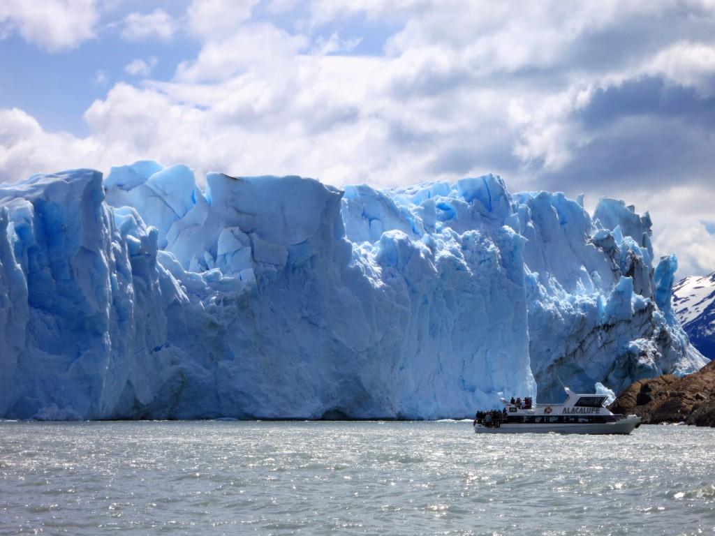 Mit einem Katamaran kommt man ganz nah an den Gletscher heran.