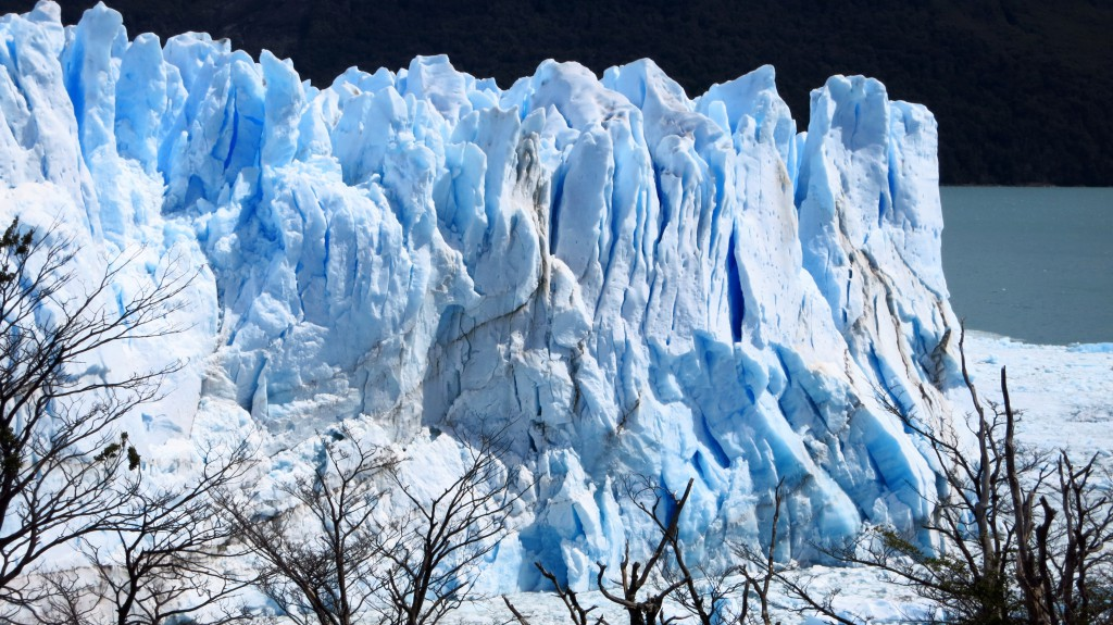 Der Perito Moreno Gletscher strahlt in diversen Blautönen.