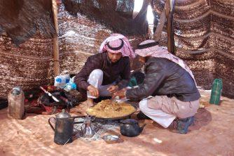 Beduinen beim Brotbacken