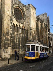 Straßenbahn vor der Kathedrale Sé