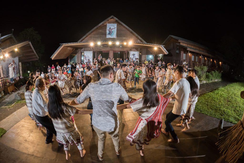 Abendliche Tänze im Leader Village