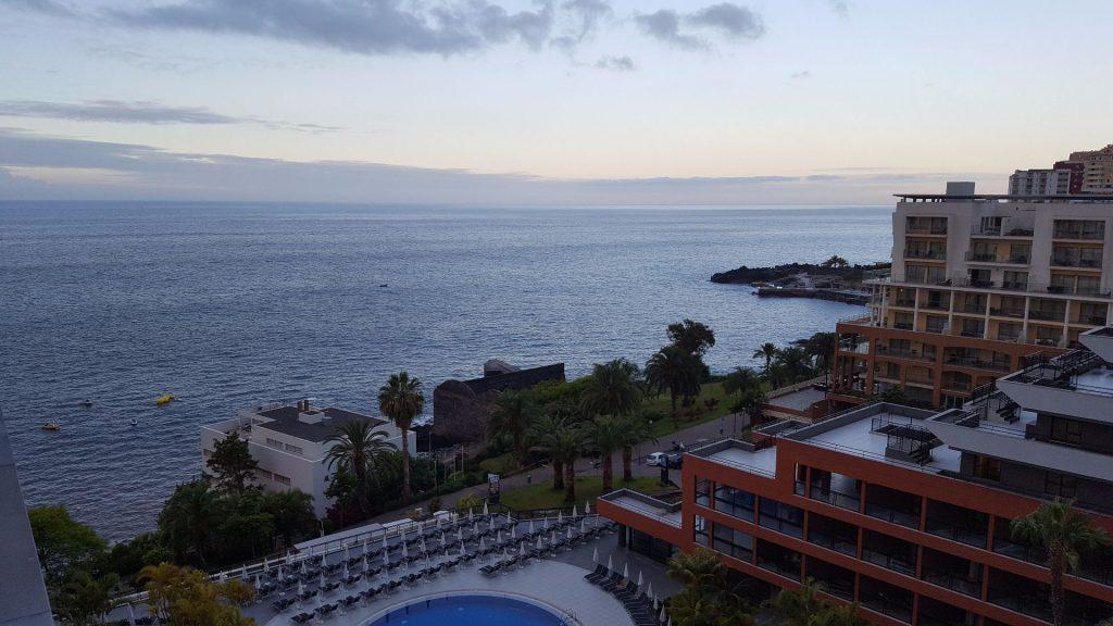 Morgenstimmung auf dem Balkon mit Meerblick