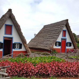 Typische Häuser mit Strohdach
