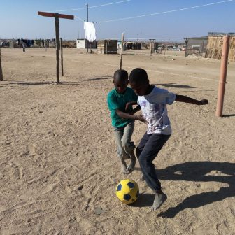 Kinder beim Fußball spielen in den Townships