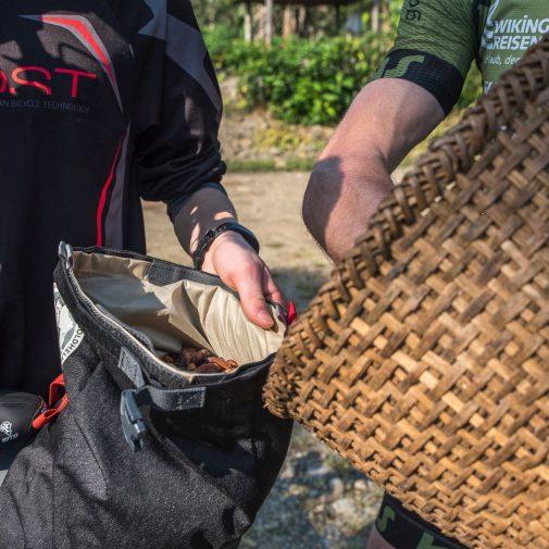 Die ersten Kakaobohnen werden mitgenommen
