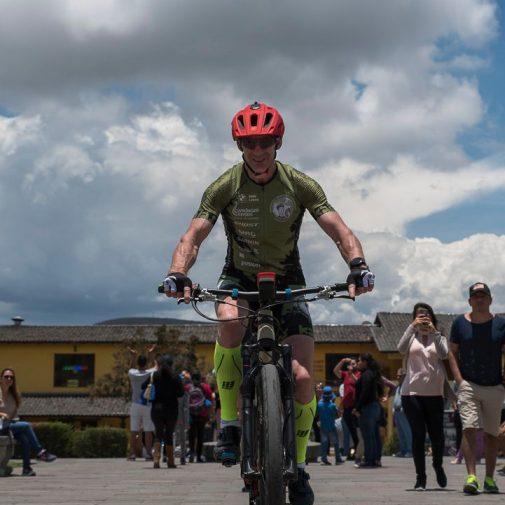 Guido fährt auf dem Äquator Fahrrad