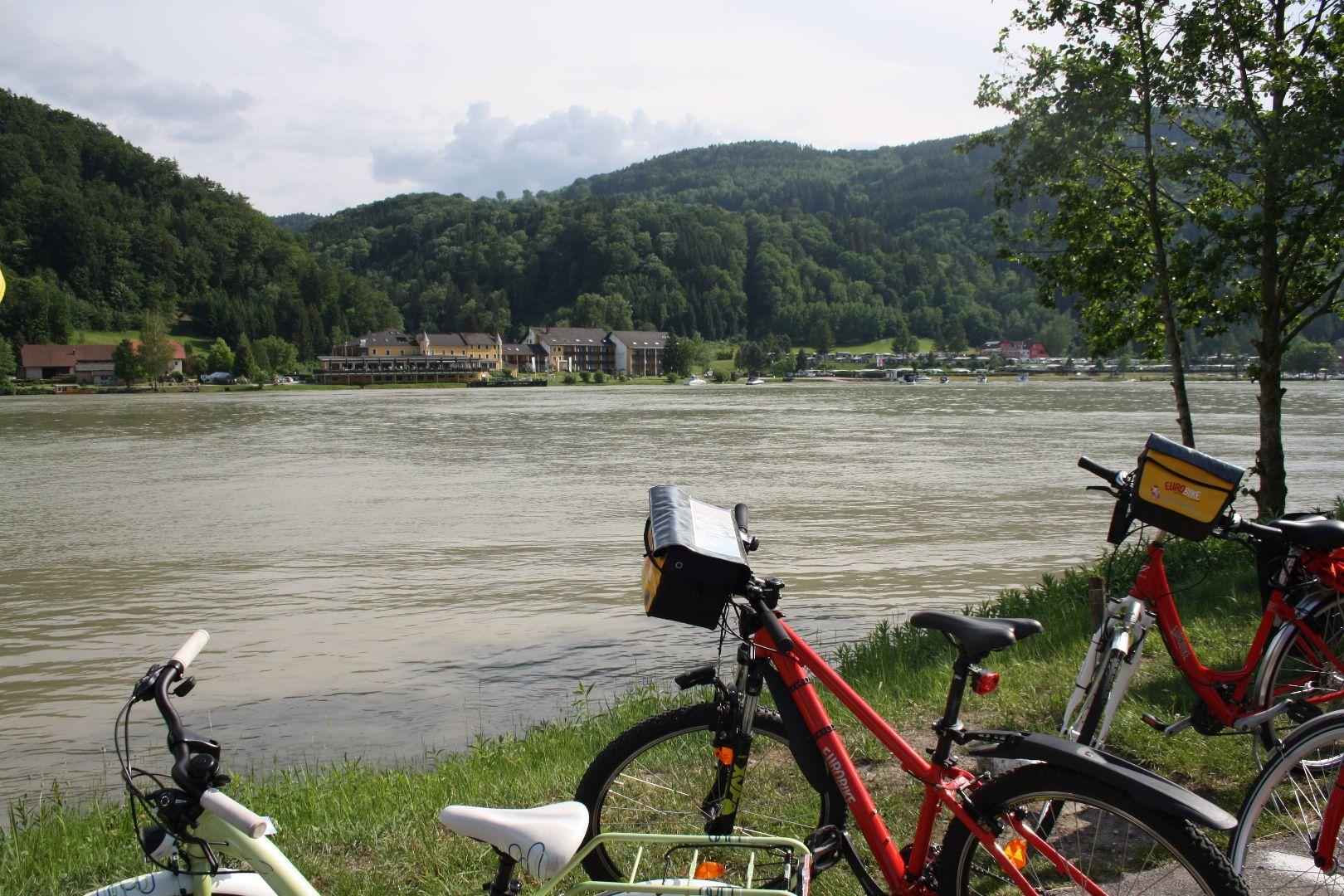 Vor dem Hotel Donauschlinge in Schlögen