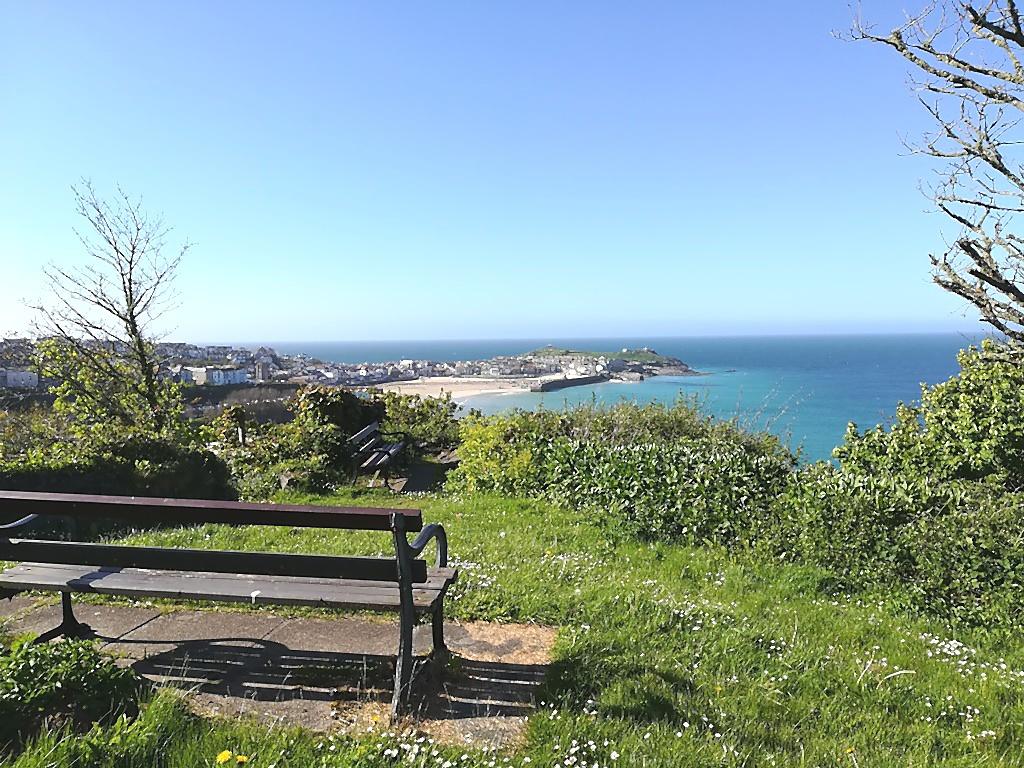 Blick auf St. Ives beim Wandern in Cornwall