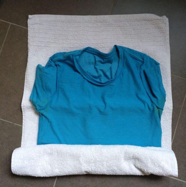 Trekking-Tipps: Nasse Kleidung ins (Microfaser)-Handtuch wickeln