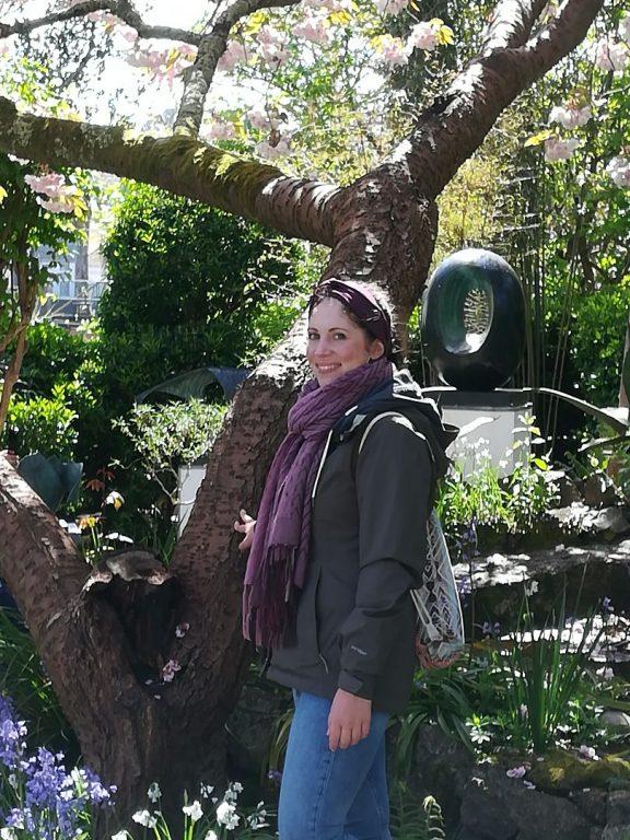 Wikinger-Mitarbeiterin Alex bei Natur und Skulptur