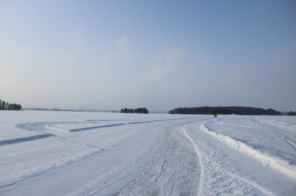 Schneereicher Winter in Finnland auf der Schlittschuhbahn auf dem Haukivesi See