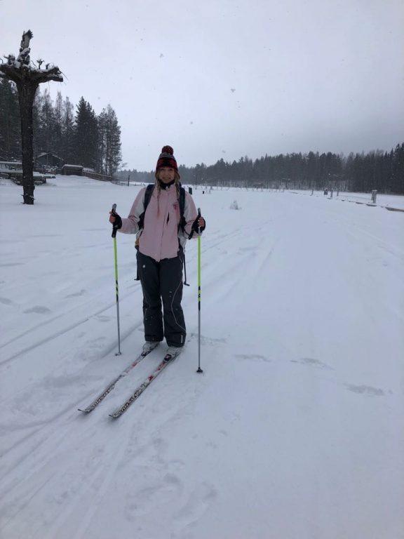 Jacqueline im Winter in Finnland beim Langlaufen