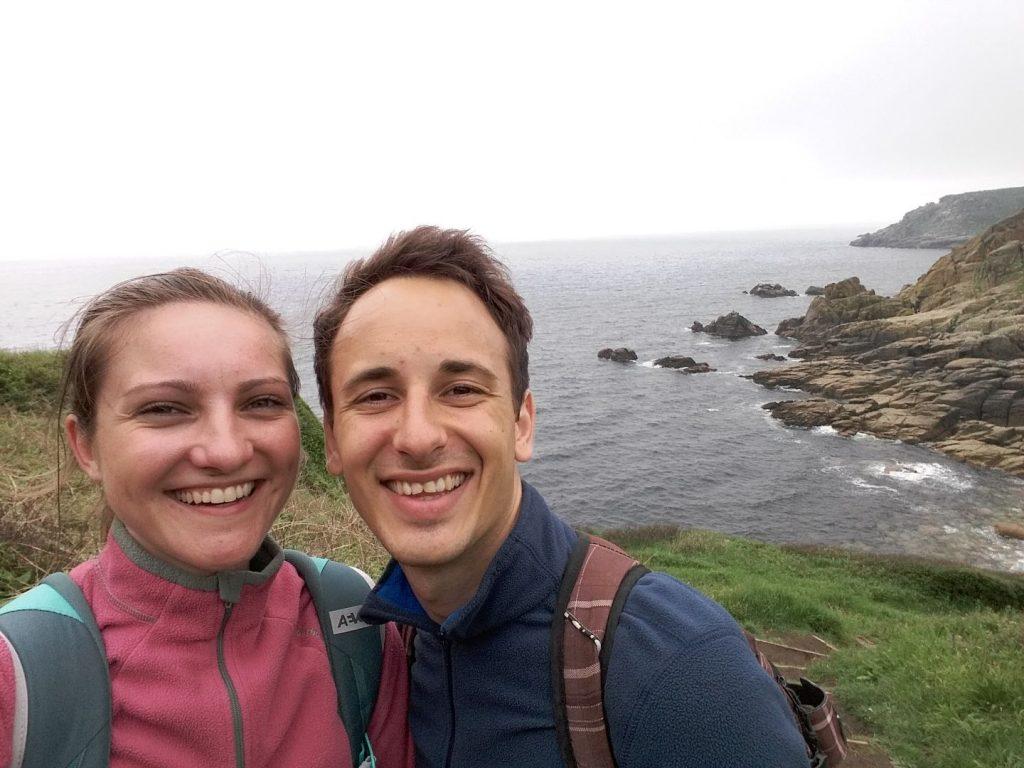 Gut gelaunt an der Granitküste Cornwalls
