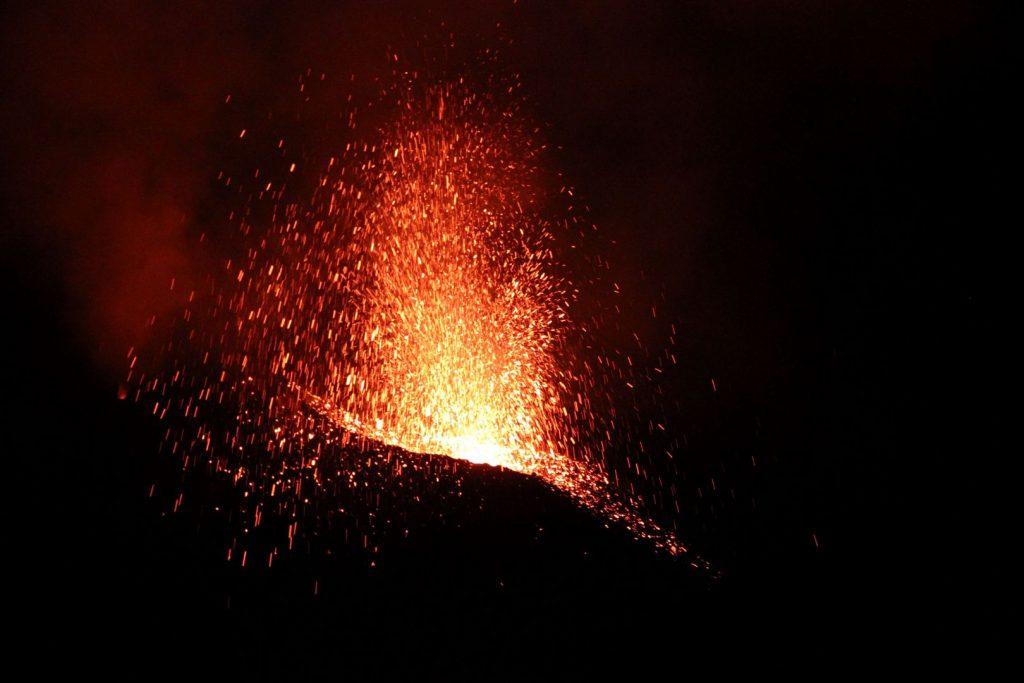 Spannung während der Vulkantour: Eruption des Stromboli