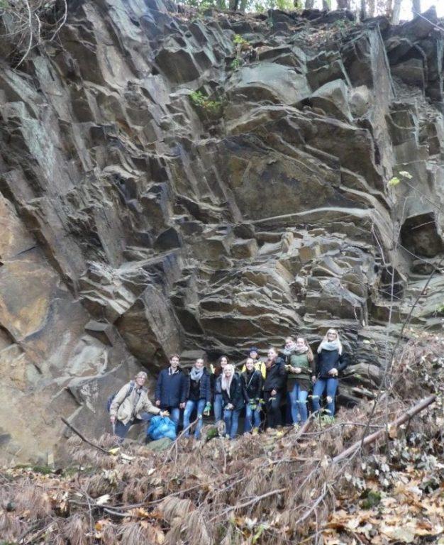 Gruppenbild vor dem beeindruckenden Steinbruch