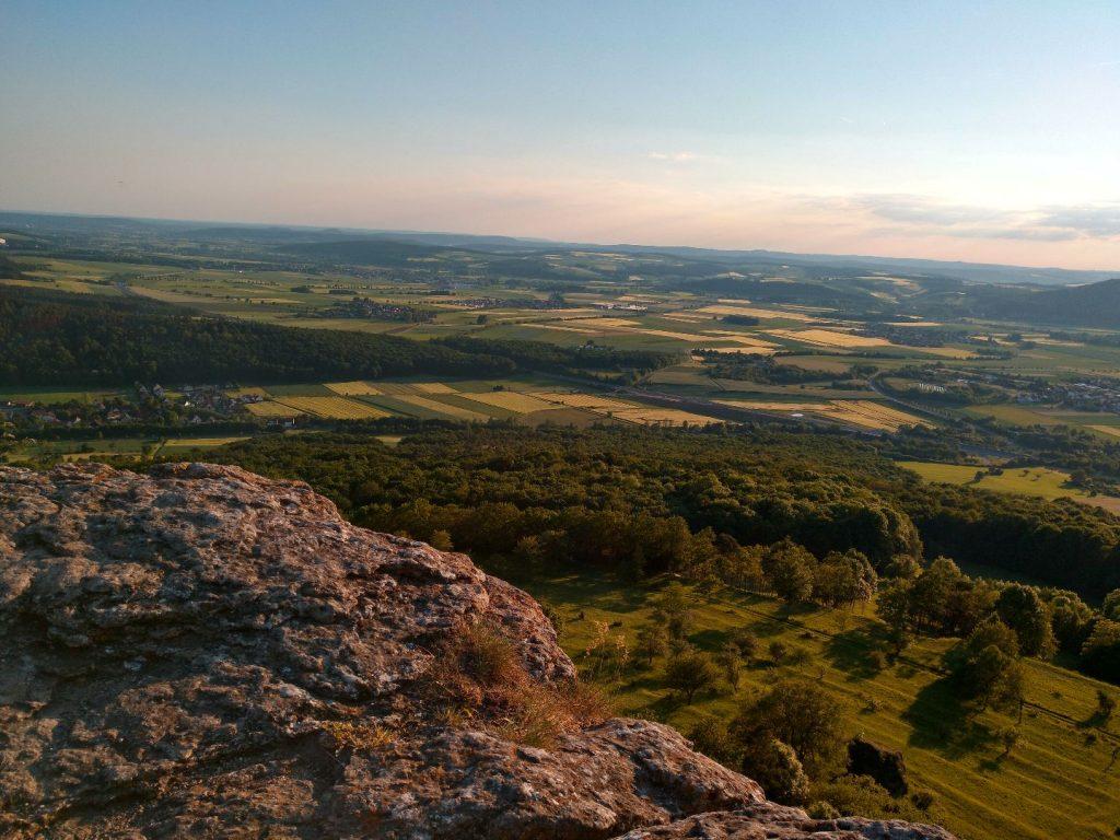 Am Felsrand: Traumhafter Blick ins Maintal in Franken