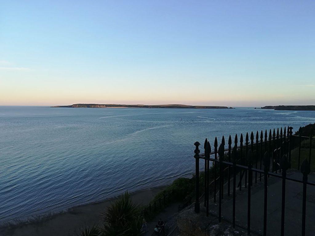 Sundowner am Hotel mit Blick auf die Insel Caldey