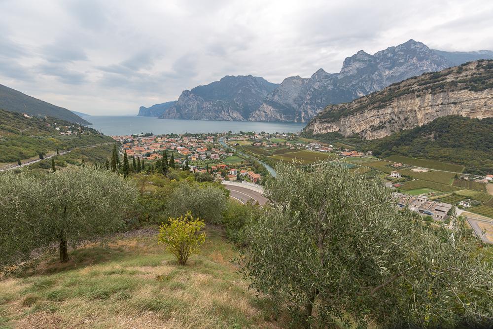 Der Blick auf Torbole und Monte Baone. Hier mussten die Schiffe hinunter