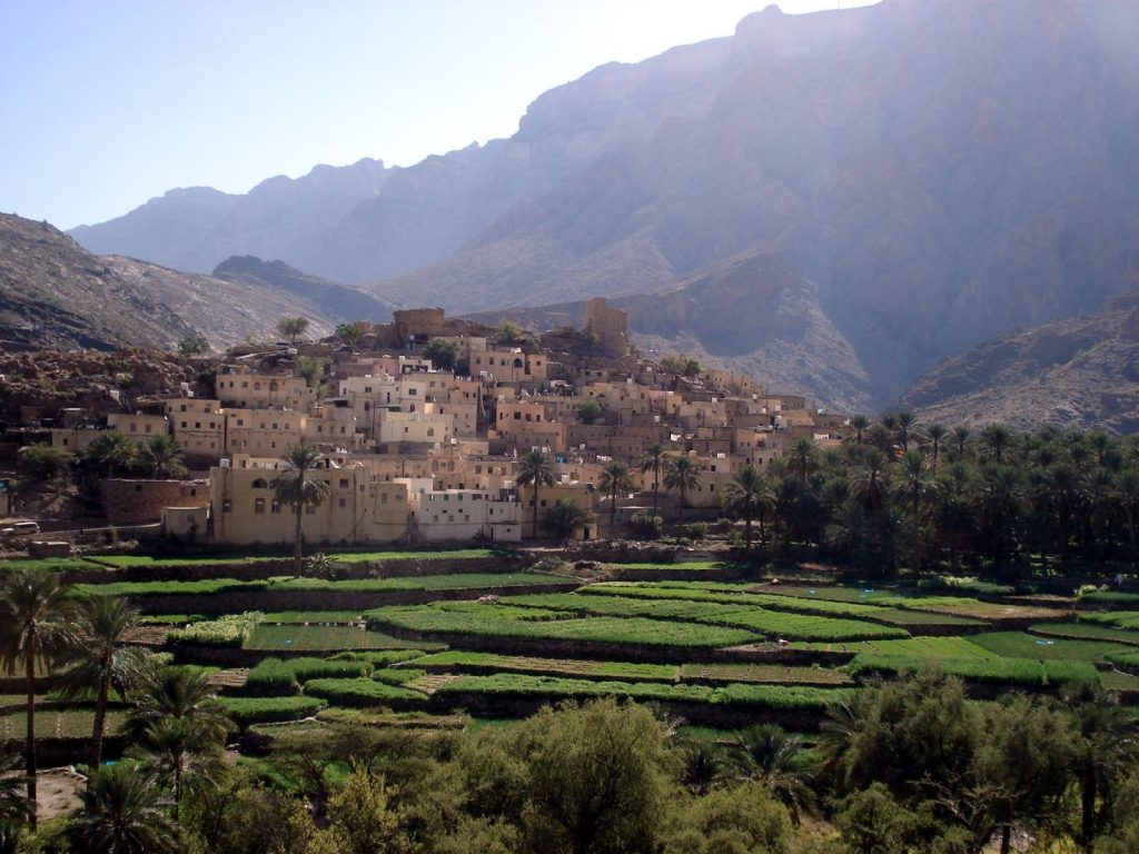 Dorf im Hajargebirge mit Feldern