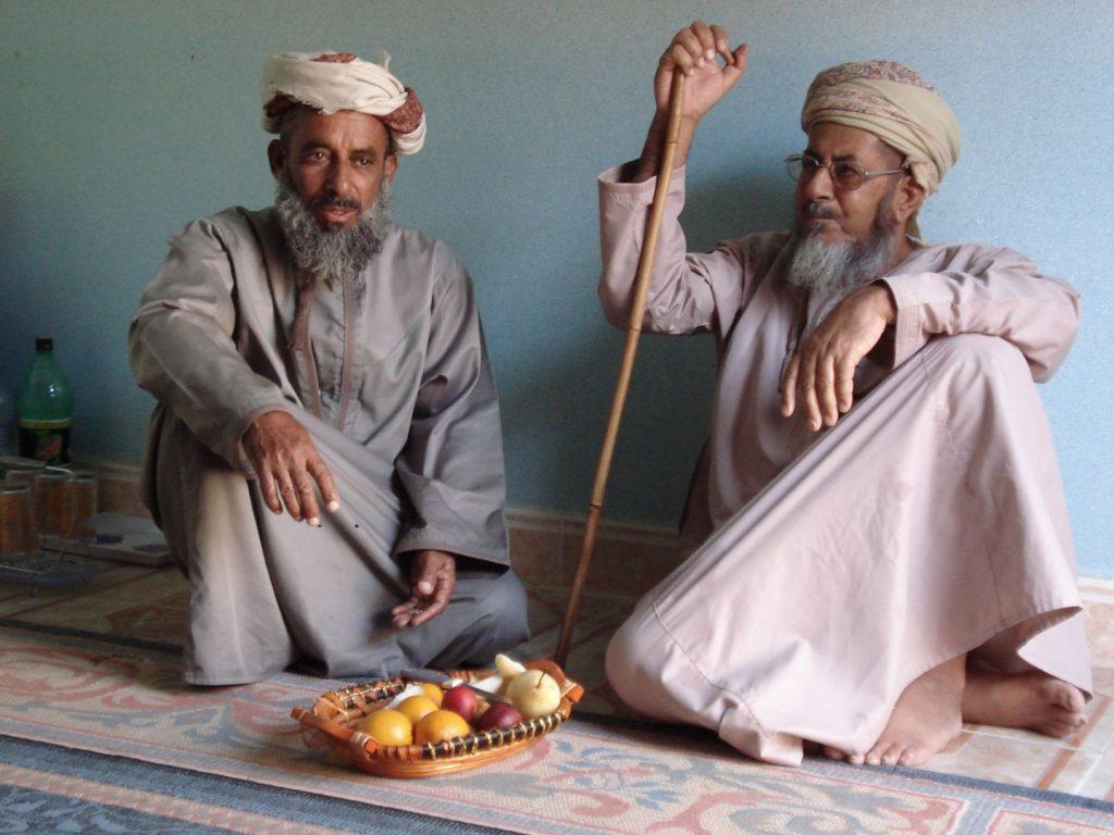 Omanis mit Obst für uns