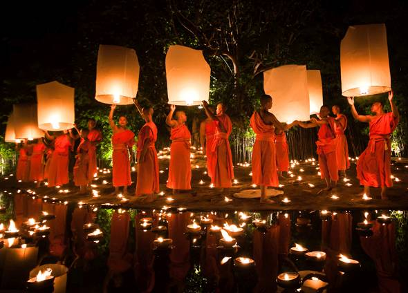 Mönche am Wat Phan Tao Tempel in Chiang Mai während des Loi Krathong