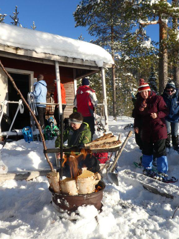 Beim Outdoor-Picknick in Schweden im Winter