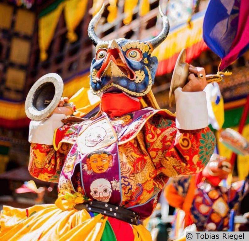 Bunte Kostüme auf dem Thimphu Fest Buthan