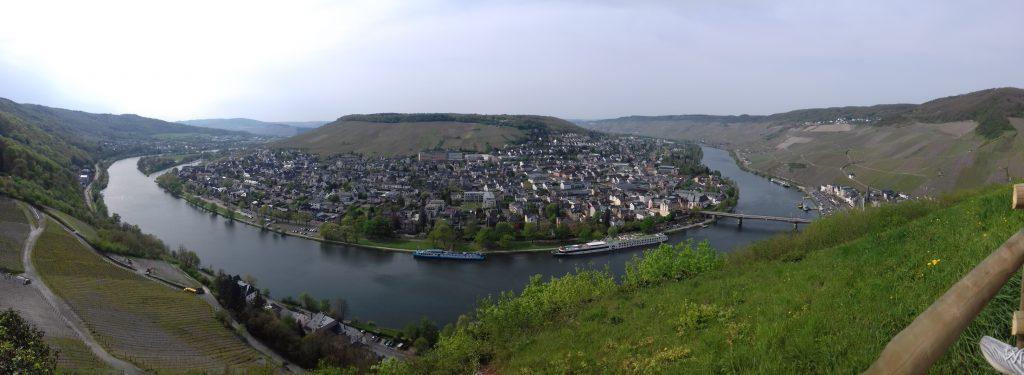 Ausblick vom Mosel-Radweg auf Burg Landhut