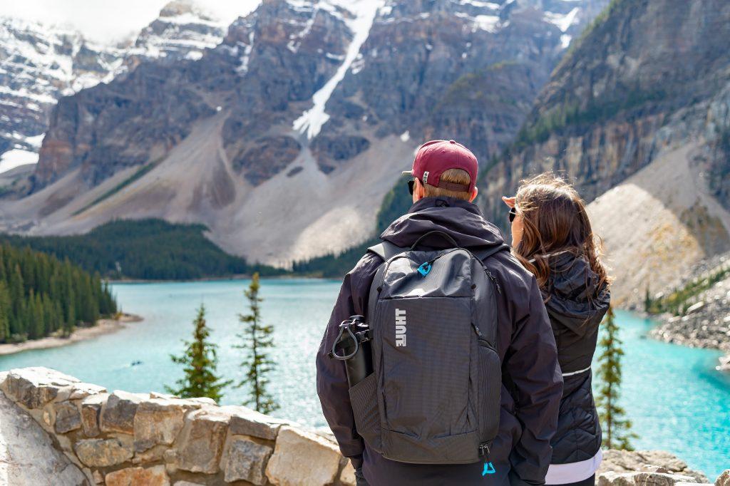 Toller Ausblick auf den Gletschersee und die spektakuläre Bergkulisse in Kanada