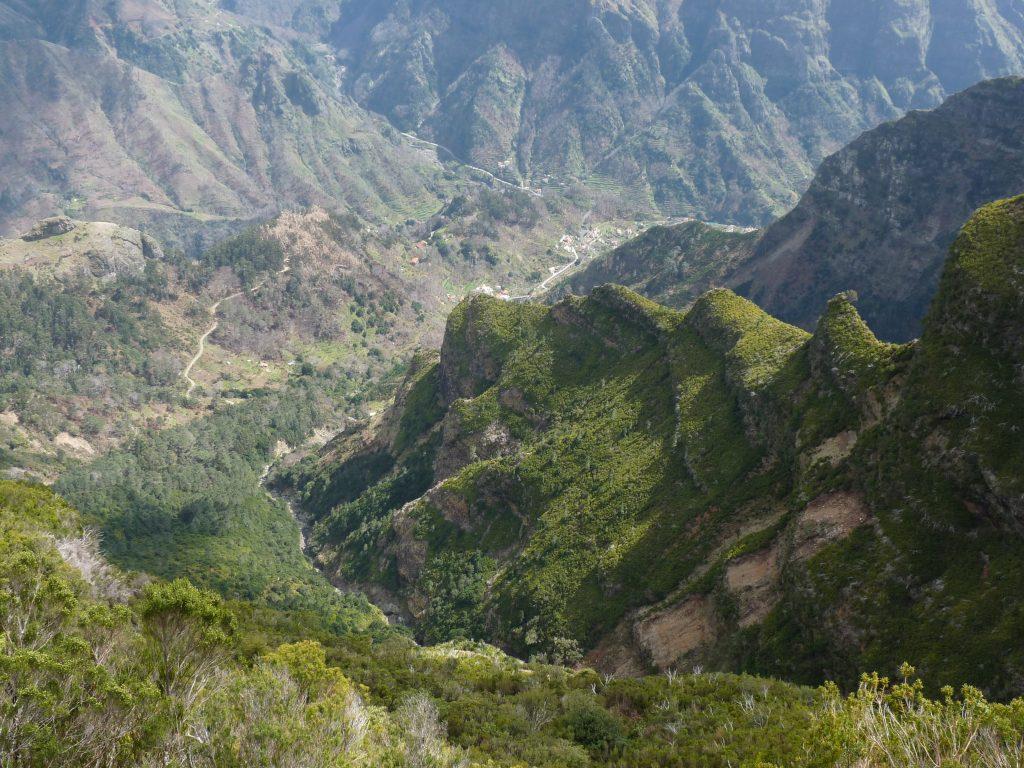 Steile Barrancos führen auf der Wanderinsel Madeira zum Strand