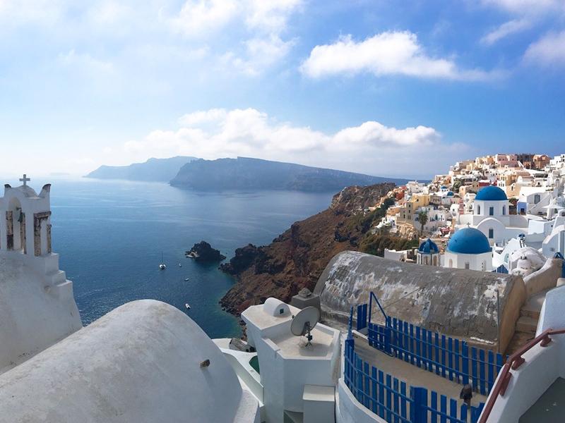Atemberaubende Aussicht auf das Meer und die weißen Häuschen