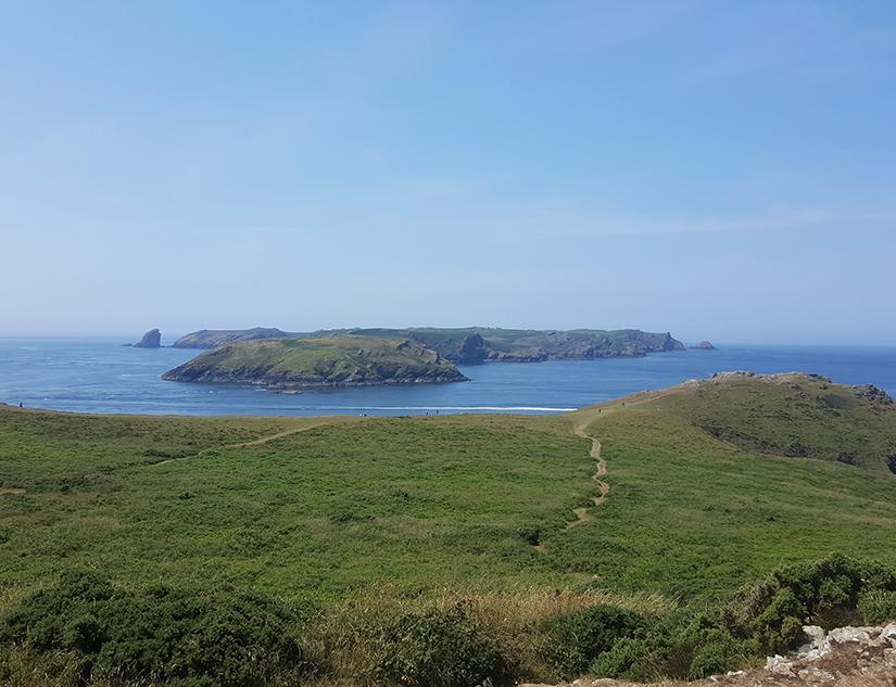 Entfernte Inseln vor der walisischen Küste