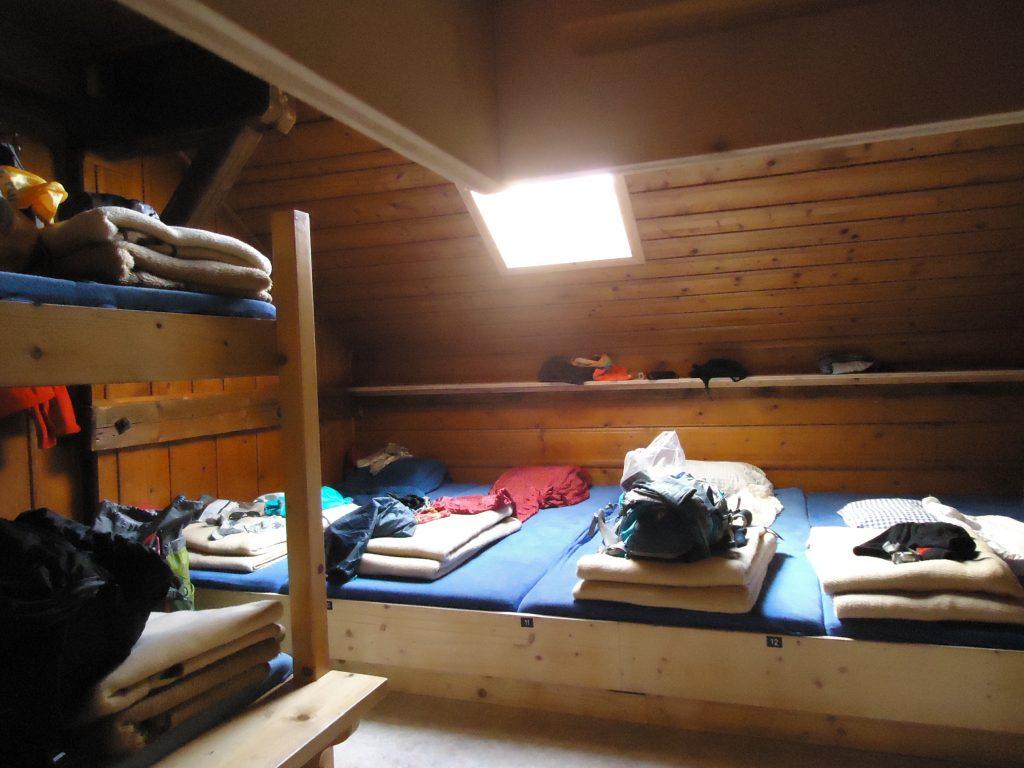 Matratzenlager in der Berghütte.