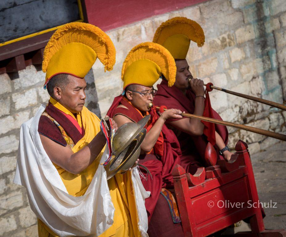 Zum Festival tragen die Mönche ihre gelben Mützen.