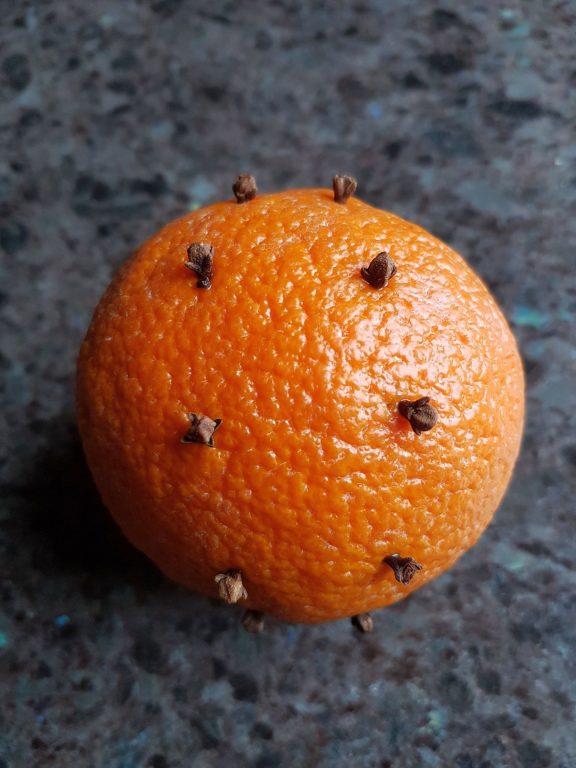 Die Nelke verfeinert die Orange für angenehmen Raumduft
