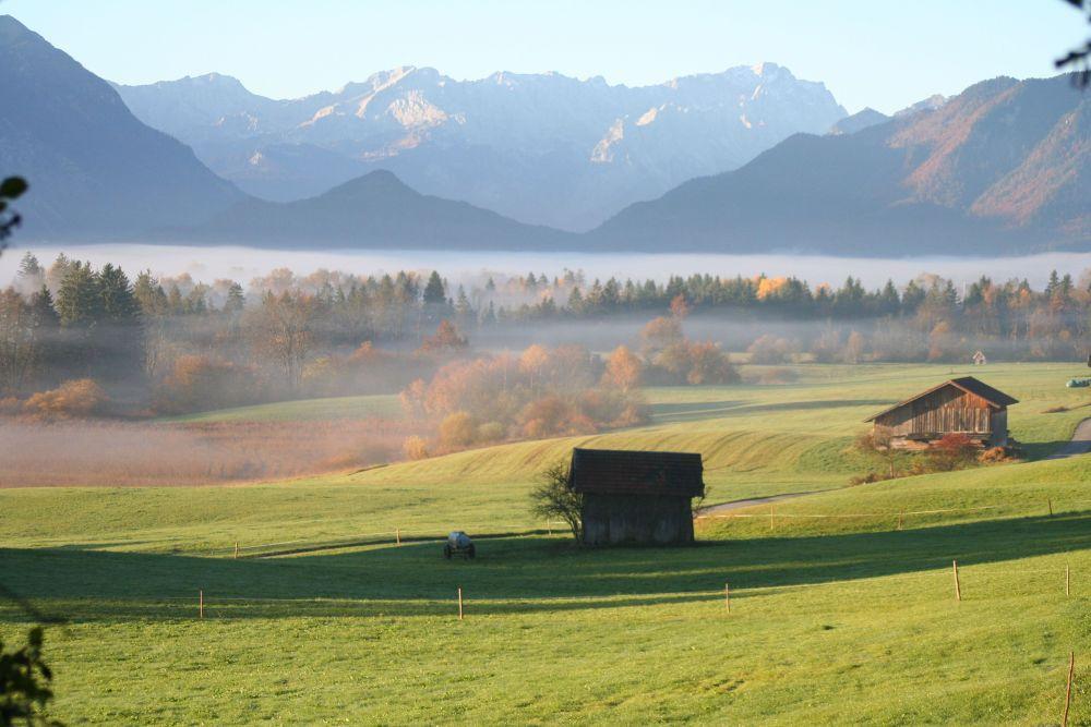 Morgentliche Almwiesen in Bayern