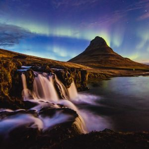 Der Kirkjufell auf Island umschmückt von dem Naturschauspiel
